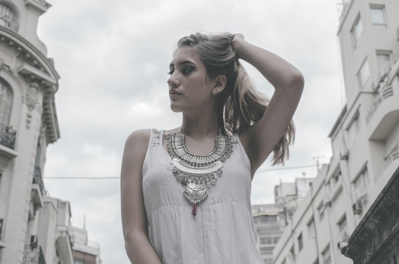 Comment s'habiller avec un collier ras de cou?