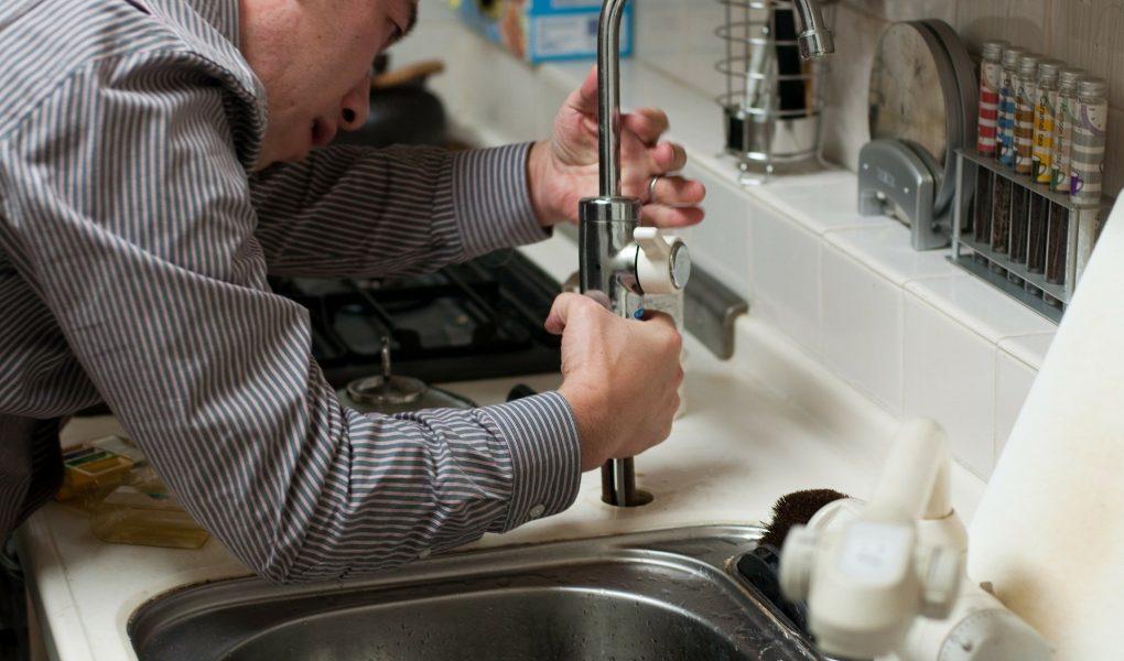 Confier sa plomberie à un professionnel du coin